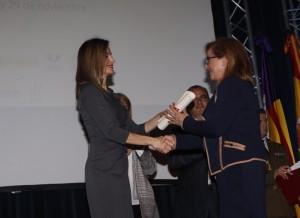 Letizia awarding Felisa Pérez, on behalf of the Welfare and Development Association