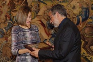 Letizia delivers award to Jaume Plensa