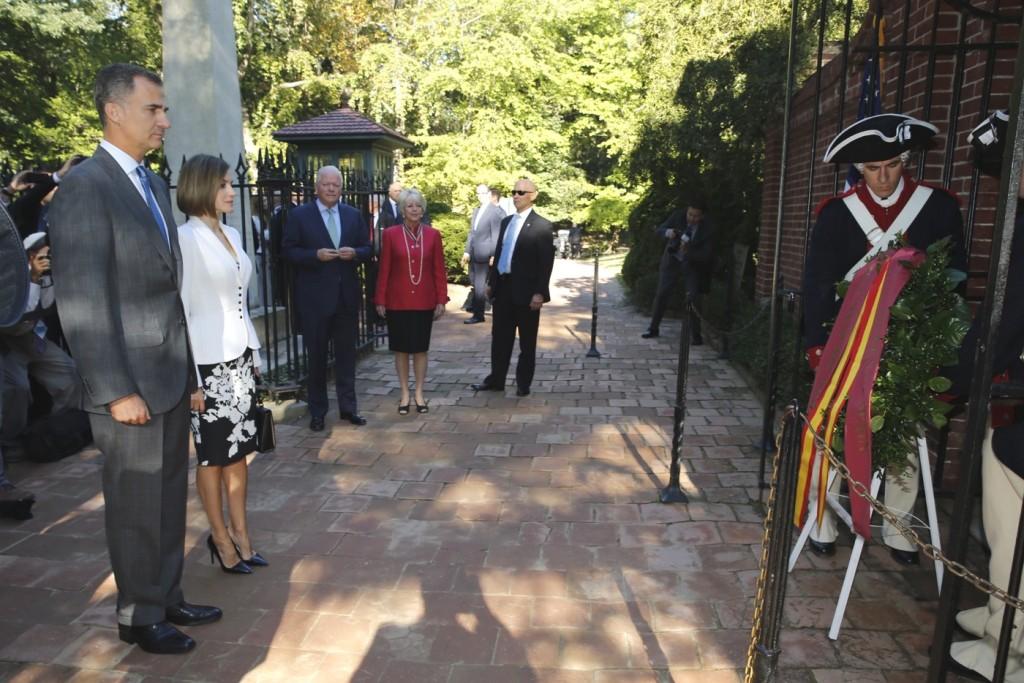 Letizia and Felipe lay wreath at George Washington grave