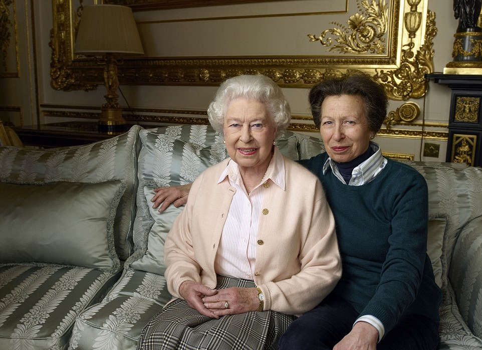 Queen's 90th birthday photo with Anne l