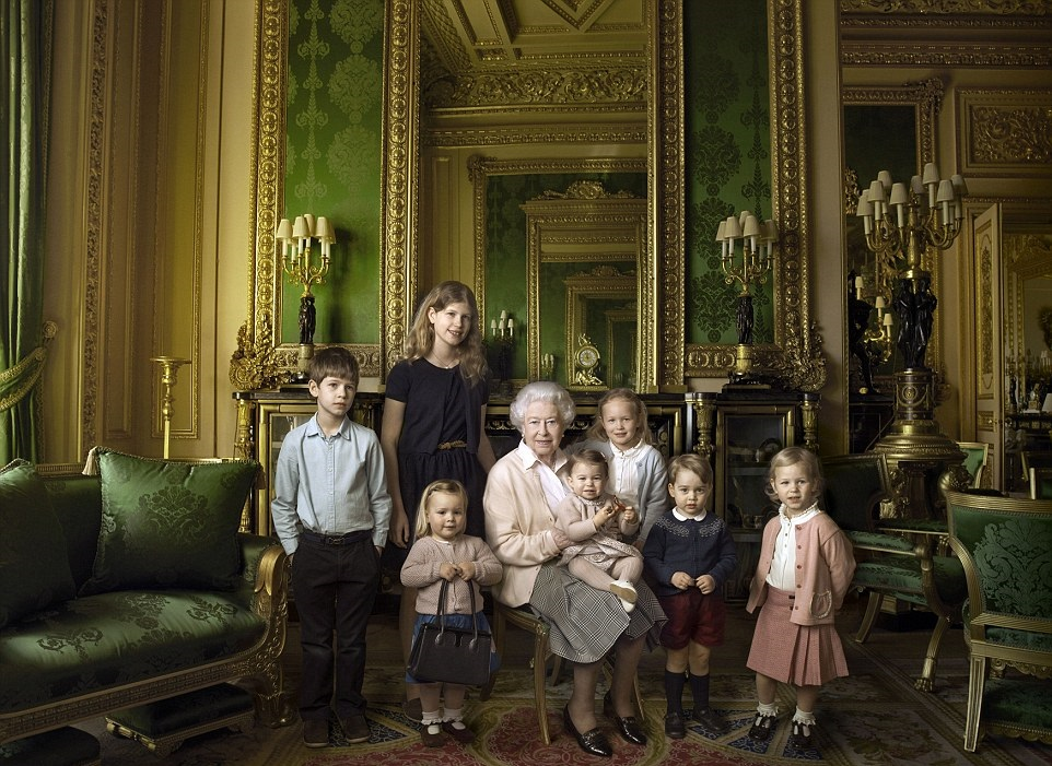 Queen's 90th birthday photo with young family members l