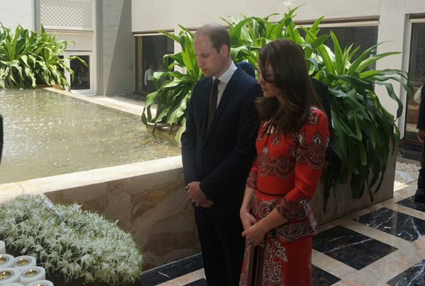 William and Kate lay wreath in honor of 2008 terror attacks