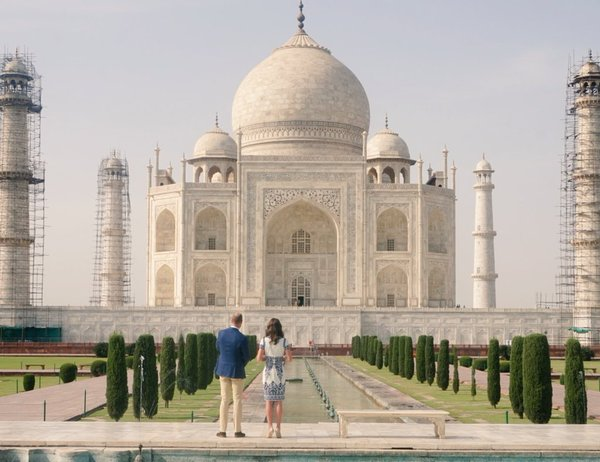 William and Kate look at Taj Mahal