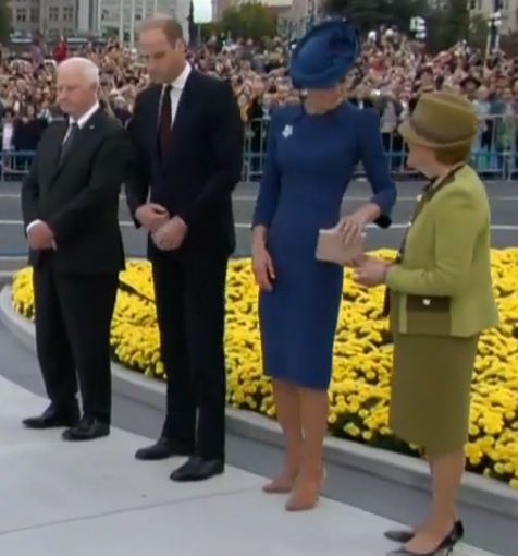 kate-hands-her-bag-to-dignitarys-wife-at-cenotaph