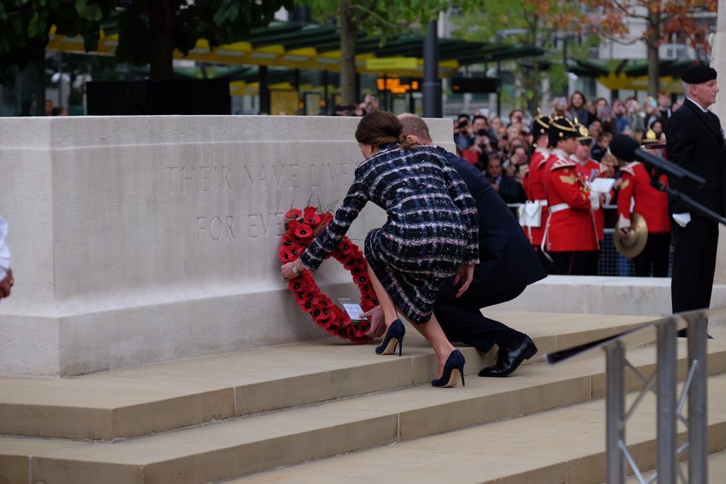 william-and-kate-lay-wreath-at-manchester-town-hall-cenotaph