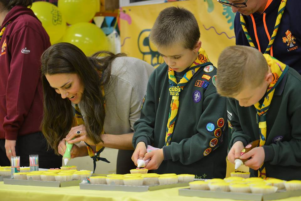kate-middleton-decorating-a-cupcake-at-cubs100-event