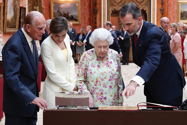 Felipe, Letizia view Spanish gifts at BP with Queen, Philip UK State Visit Day 1 cs